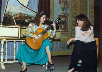 Carmen Becerra y Joana Albiol en la sala noble del Conservatorio de Tarragona, años 90.