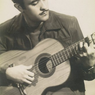 Primera guitarra Yagüe, con una caja de embalar