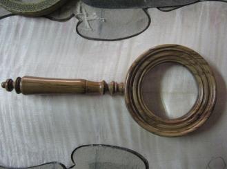 Lupa en madera de olivo