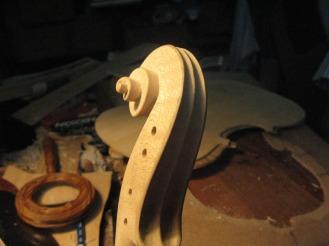 Voluta de violín, en arce