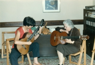Mª Luisa Anido dando una clase magistral a Joana Albiol en el Conservatorio de Tarragona. Curso Internacional, 1998.