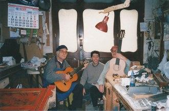 Raúl e Ismael Yagüe con Juan Reyes, luthier y maestro del barniz