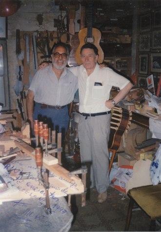 """Con Francisco Montero, maestro luthier afincado en L'Hospitalet. """"Con mi gran amigo Raúl en uno de tantos encuentros, Barcelona, junio de 1993."""""""